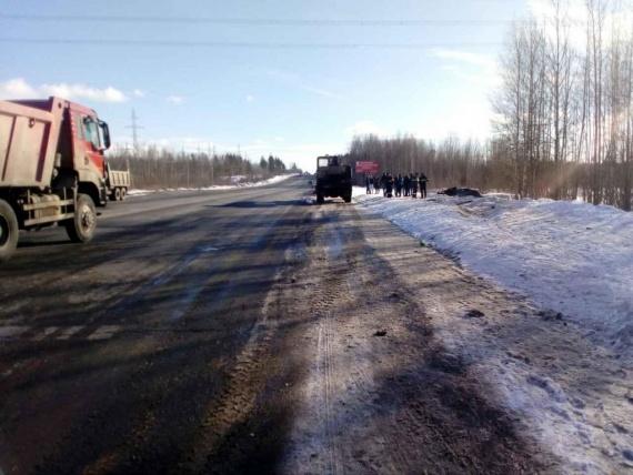 Натрассе «Тюмень— Ханты-Мансийск» грузовая «Газель» врезалась в«Приору». Ранены трое юношей