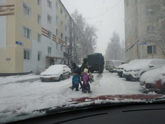Сургутяне снова жалуются на мусоровозы возле школ